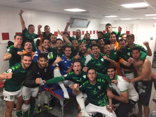 Xiscu, abajo a la izquierda, celebrando el triunfo (Foto: CF Villanovense)