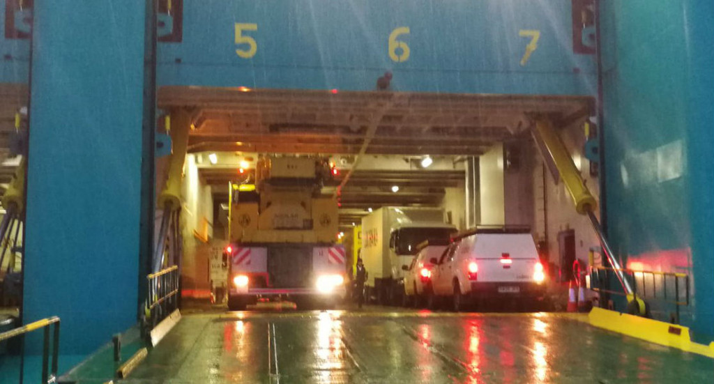 Desembarco de las grúas a primera hora de la mañana (Foto: Delegación de Gobierno)