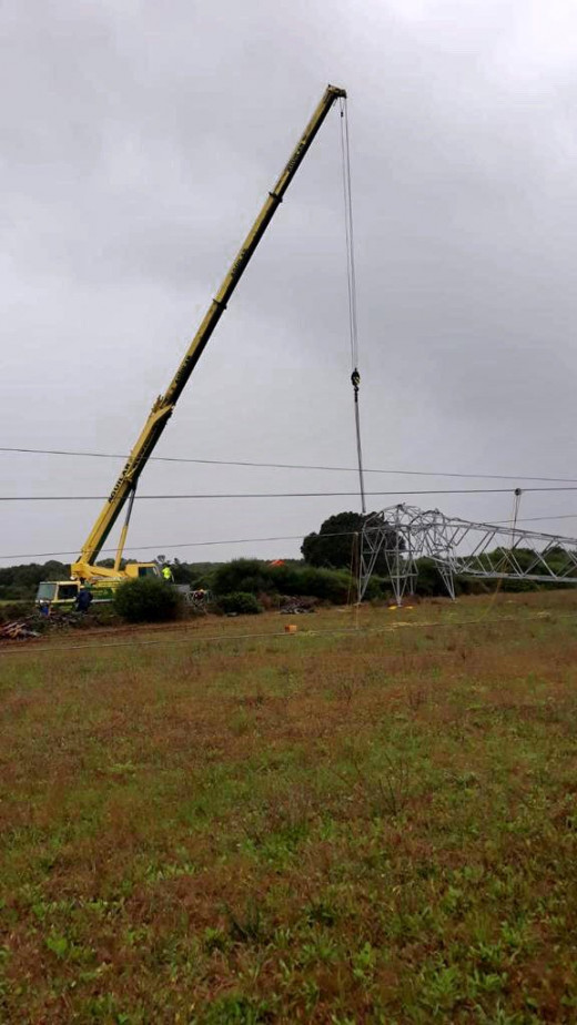 Operarios de Endesa trabajan  en la segunda torre que garantice el suministro eléctrico en Menorca