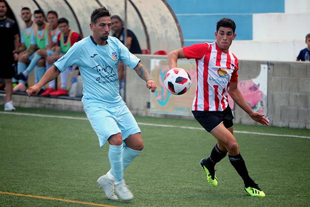 Toni Sintes, ante un rival (Fotos: deportesmenorca.com)