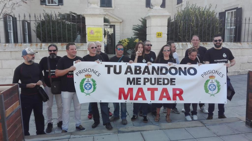 Los funcionarios de prisiones de Menorca se han concentrado esta mañana ante la sede de la Dirección Insular del Estado