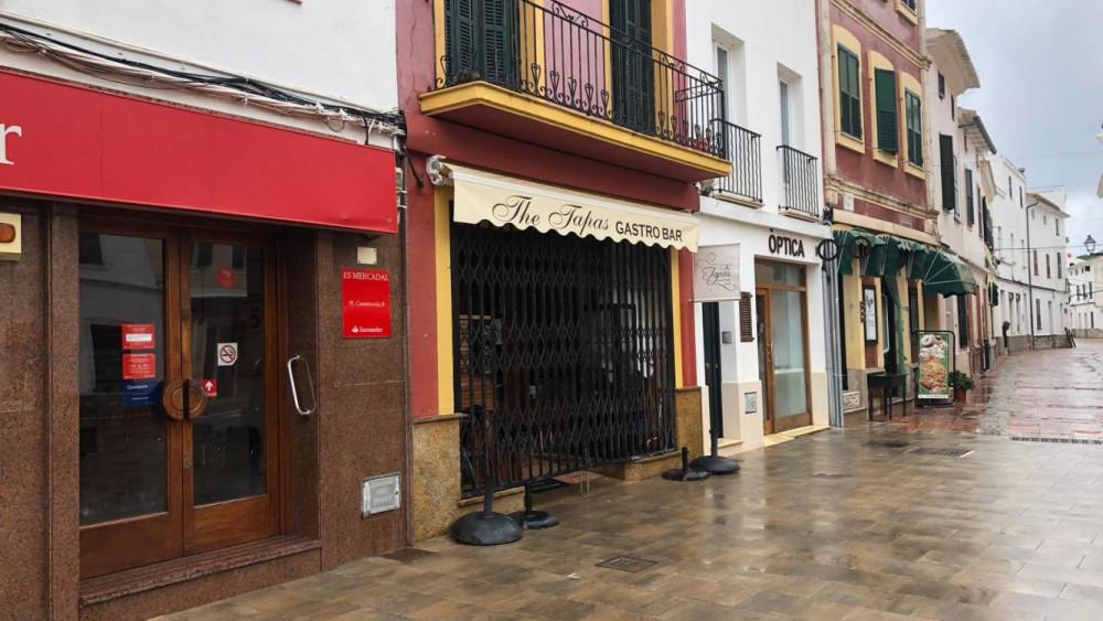 Aspecto de la zona comercial de Es Mercadal, totalmente cerrada (Fotos: Tolo Mercadal)