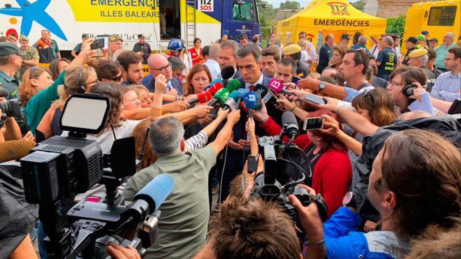 Pedro Sánchez, atendiendo a los medios.