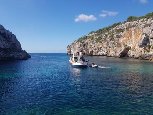 El barco Thetis trabajando en Cales Coves