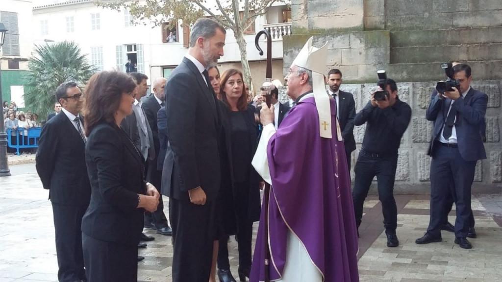 Taltavull, departiendo con los Reyes antes de la misa (Fotos: mallorcadiario.com)
