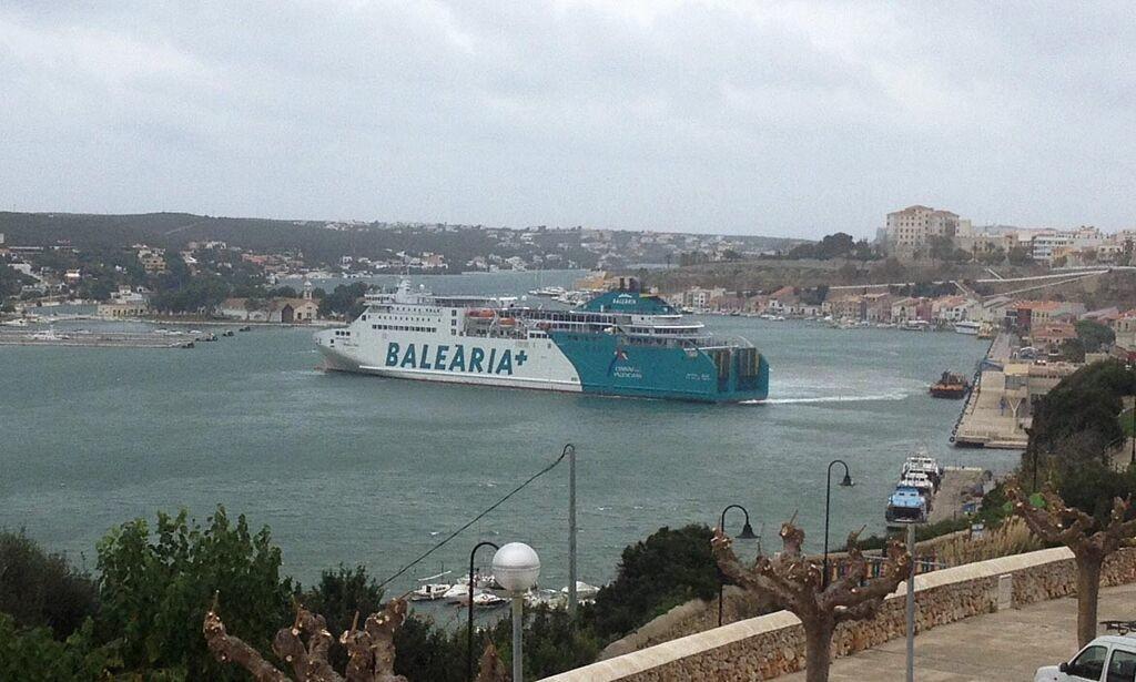 Barco de Baleària en el puerto de Maó (Foto: Tolo Mercadal)