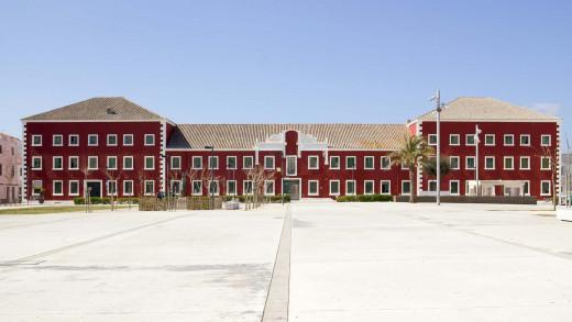 Los cuarteles están pintados en rojo, como en epoca británica