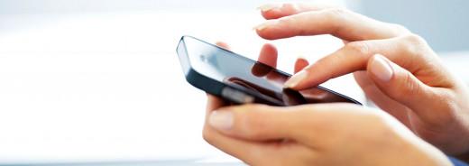 Una usuaria con un teléfono.