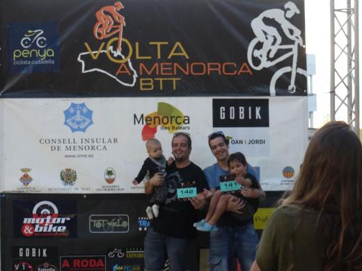 (Fotos) La Volta a Menorca en BTT se une al dolor de Mallorca