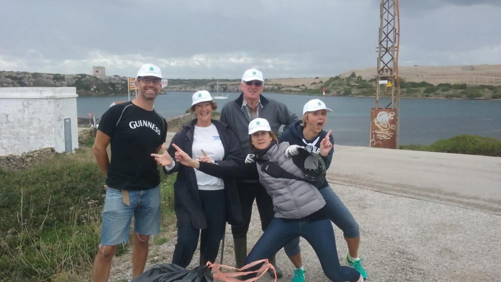 Voluntarios, tras la recogida (Fotos: Beachclean)