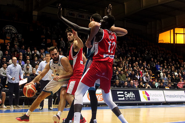 Biel Torres penetra a canasta (Fotos: deportesmenorca.com)