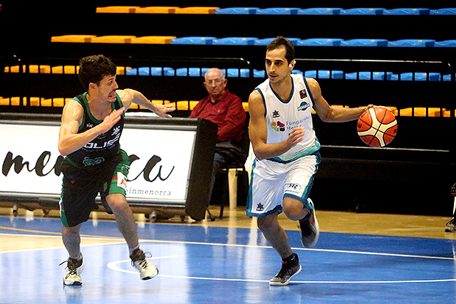 Pitu Jiménez, subiendo la pelota (Fotos: deportesmenorca.com)