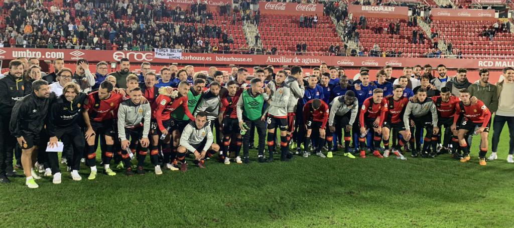 Jugadores del Mallorca y de la Selección Balear (Fotos: RCD Mallorca)