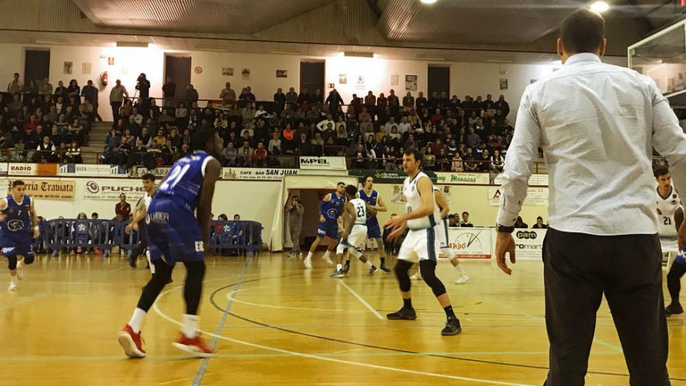 Acción defensiva del Hestia Menorca durante el partido (Fotos: Hestia Menorca)