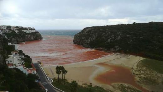 Imagen de la playa de Cala en Porter tras las lluvias.