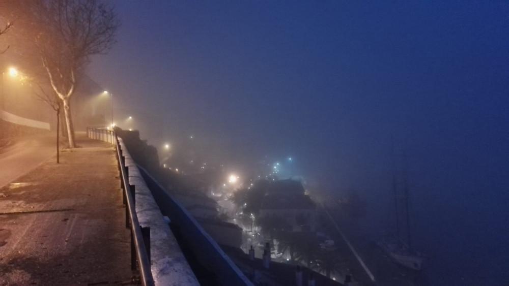 El puerto de Maó, cubierto de niebla a primera hora de la mañana (Fotos: Tolo Mercadal)