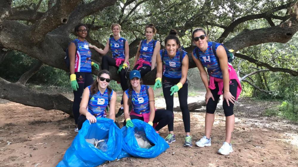 Las jugadoras, tras la jornada de limpieza (Fotos: CVC)