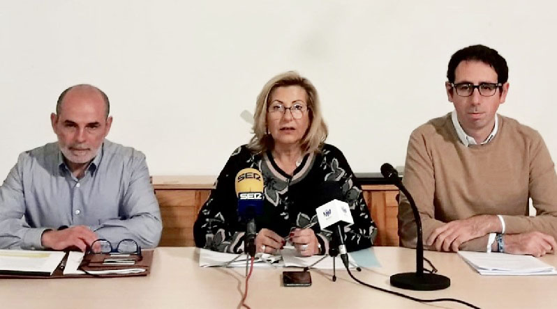 La alcaldesa de Alaior, Coia Sugrañes, y el presidente de la Junta de Compensación del Polígono, Llorenç Carreras