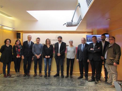 La presidenta del Consell, Susana Mora, y otros asistentes al acto de presentación
