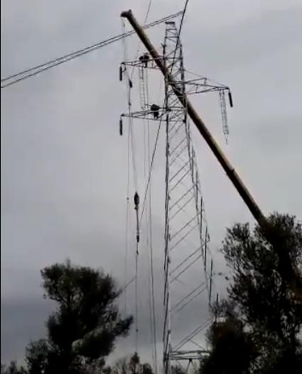 Los operarios de Red Eléctrica trabajan en la segunda línea de alta tensión