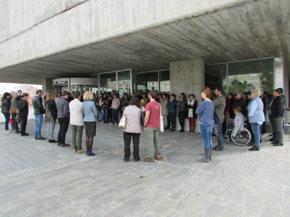 Minuto de silencio a las puertas del Consell de Menorca