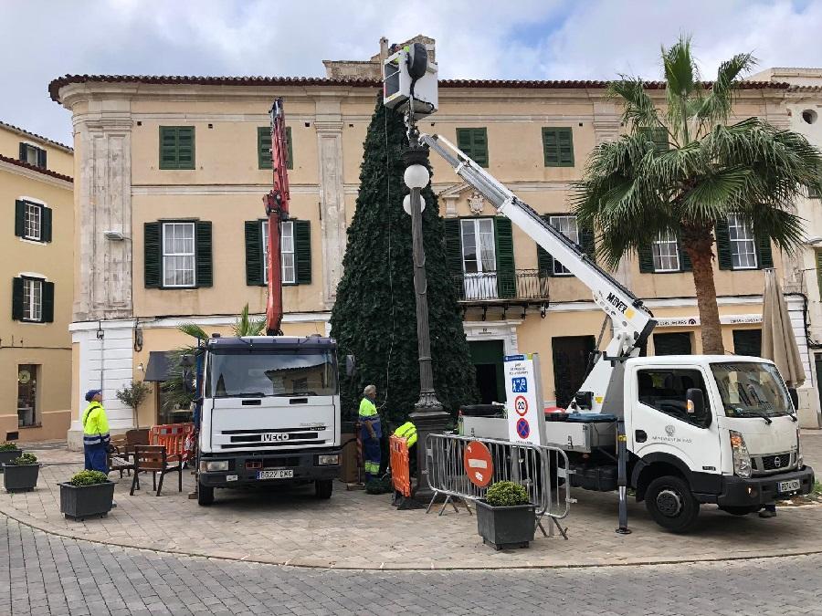 Operarios municipales instalaban esta mañana el árbol de Navidad