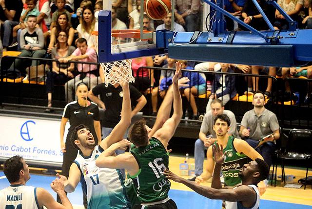 Poyatos pelea por un rebote (Foto: deportesmenorca.com)