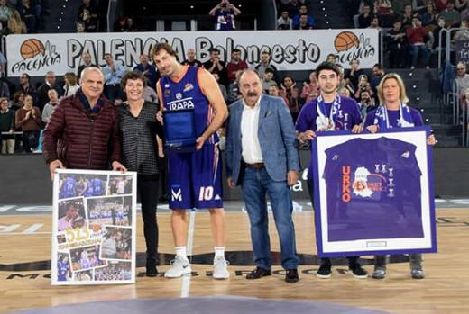 Urko Otegui, recibiendo el homenaje en Palencia (Foto: Palencia Basket)