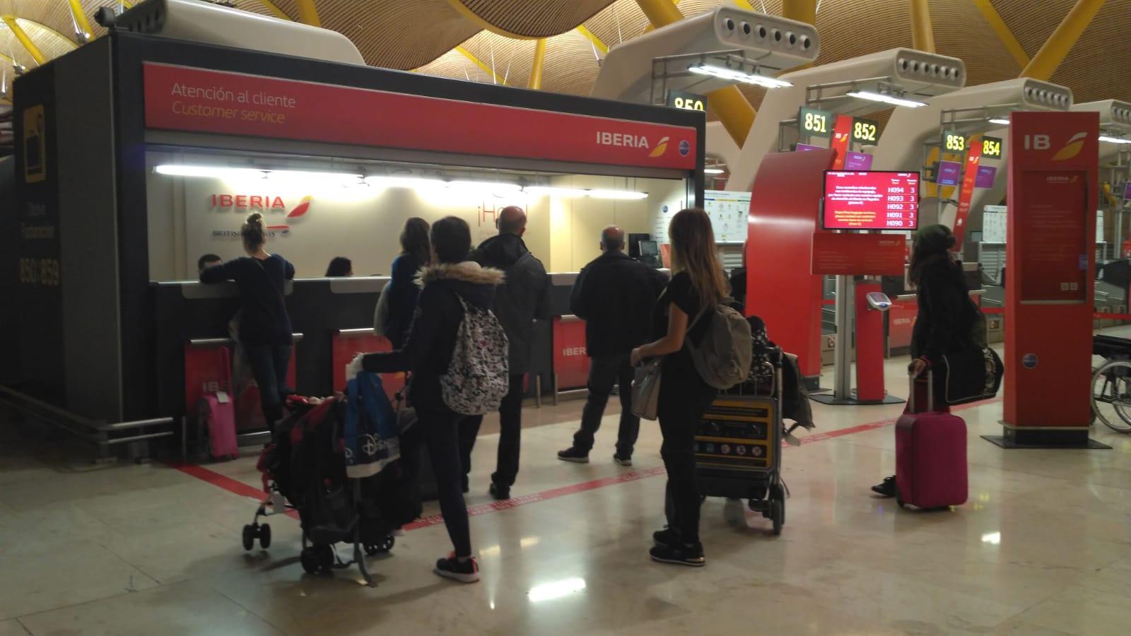 Los pasajeros afectados tuvieron que reclamar ante los mostradores de Iberia en el Aeropuerto de Madrid-Barajas.