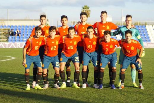 Xavi Sintes, arriba en el centro de la imagen, en la formación inicial (Foto: Selección Española)