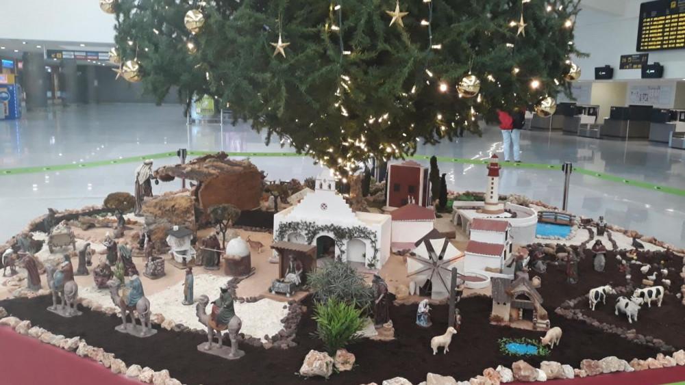 Imagen del belén junto al árbol.