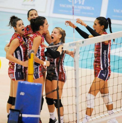 Las jugadoras del Avarca felicitan a Barrasa tras un punto (Foto: Tolo Mercadal)