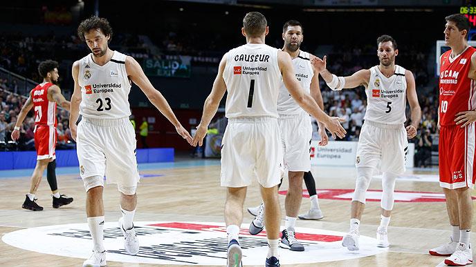 Llull saluda a los compañeros durante el partido (Foto: ACB Photo)