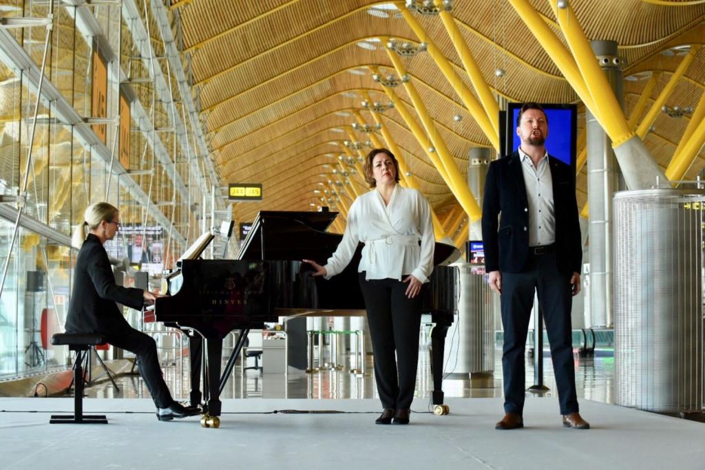 Los pasajeros del Aeropuerto Adolfo Suárez Madrid-Barajas han podido disfrutar hoy de la representación en directo de cuatro arias de la ópera Turandot.