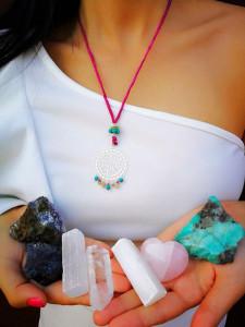 Con piedras y metales se crean verdaderas obras de arte para vestir