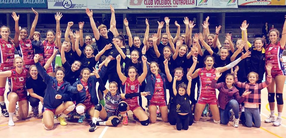Celebración del equipo junto a los patinadores de la UD Mahón (Foto: Vòlei Ciutadella)