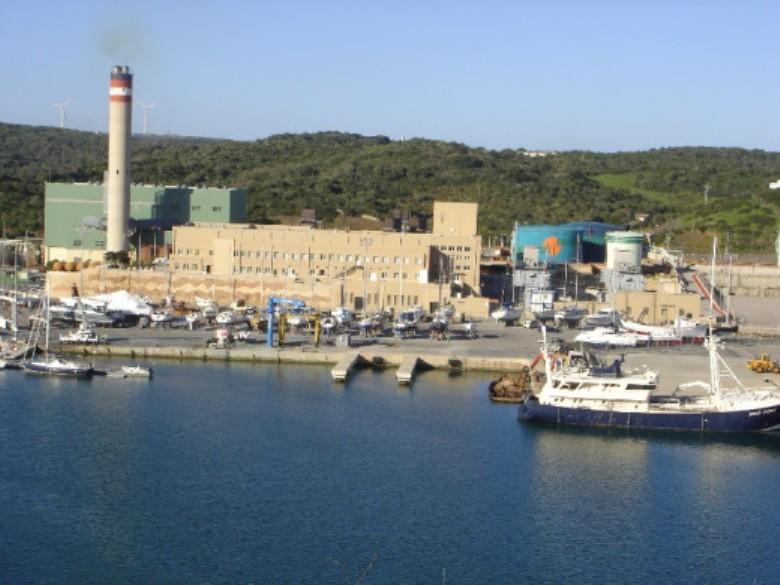 Central térmica en el puerto de Maó