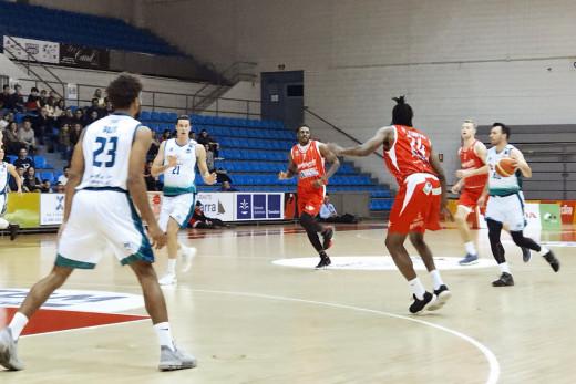 Adrián Méndez sube el balón durante el partido (Foto: Hestia Menorca)