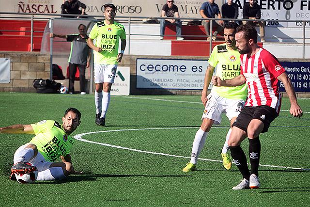 Rubén trata de alcanzar un balón (Fotos: deportesmenorca.com)