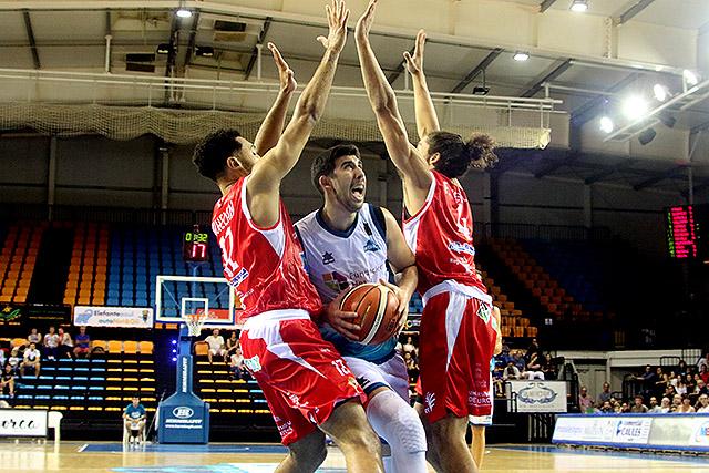 Poyatos trata de anotar (Foto: deportesmenorca.com)