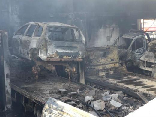 (Vídeo y fotos) Un incendio calcina un taller de coches en el polígono de Maó