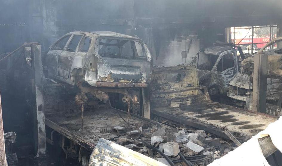 Coches calcinados tras el incendio (Fotos: Tolo Mercadal)
