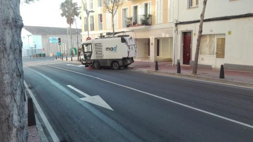 Es habitual que los vehículos del servicio de limpieza circulen por las aceras de Maó