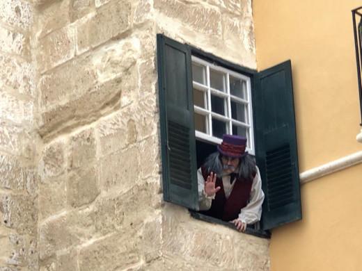 Se asomará a la ventana de su casa en el puente de San Roc para atender a los niños