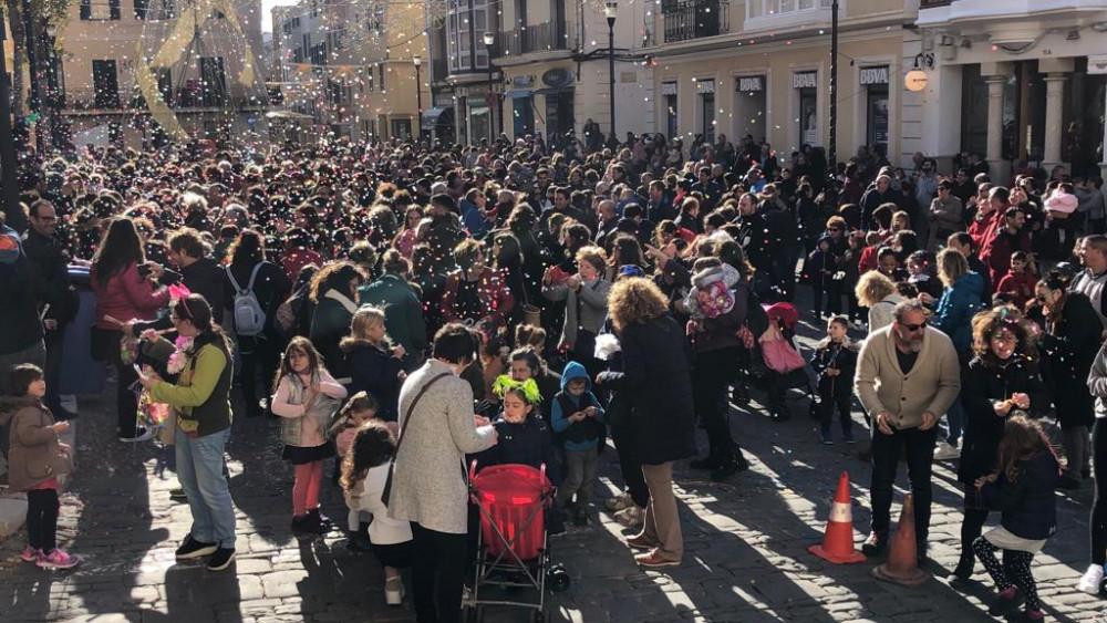 La campanadas infantiles han llenado de gente la plaza del Ayuntamiento de Maó (Fotos: Tolo Mercadal)