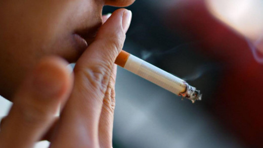 Una persona fumando.
