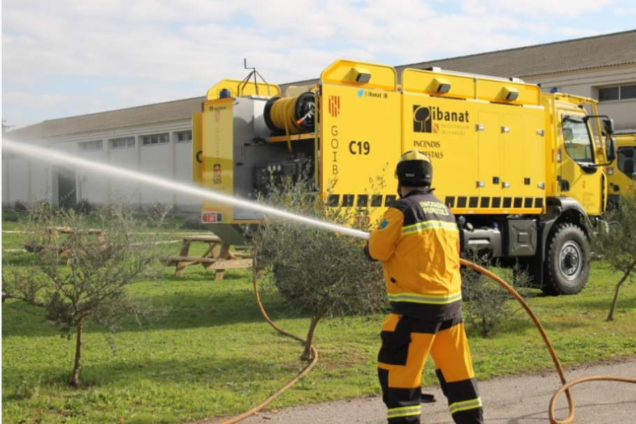 Camión que el Ibanat utiliza para luchar contra los incendios forestales (Archivo)