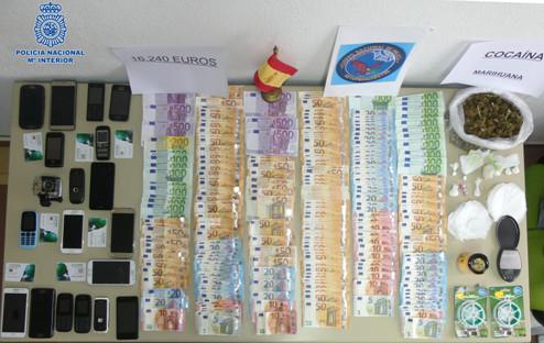 Los detenidos guardaban dinero, móviles  y útiles para procesar la droga
