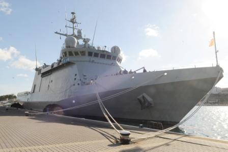 (Fotos) La novedad de la Armada atraca Maó