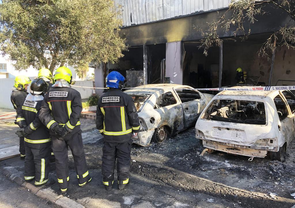 Estado en ell que quedaron los vehículos que se encontraban en el recinto incendiado (Foto: Tolo Mercadal)